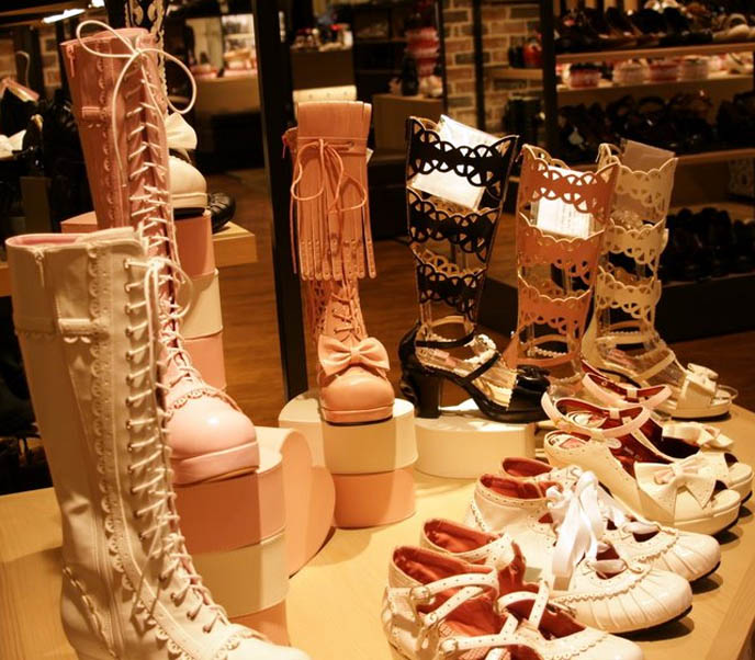 cut-out Sweet and Gothic Lolita boots, Leche by Yosuke, cute pretty Lolita Japanese shoes and boots, kawaii footwear, designer fashion in Shinjuku young women's department store, shopping center Marui One 0101.