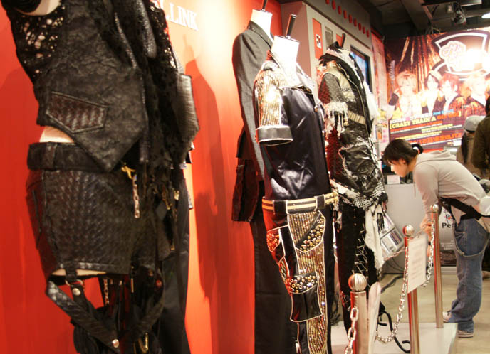kera shop arena, punk and goth clothing in Japan, Kera magazine shopping, Visual Kei J-rock music store, band outfits. Japanese rock music record store in Shinjuku