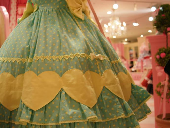 Angelic Pretty cute pastel heart pattern, sweet lolita dresses, cute pretty JSK, one piece, jumpers, heart prints, pastel color Lolita dresses for young women and girls. Pink store, shelves, little girls bedroom design with toys. Gosurori