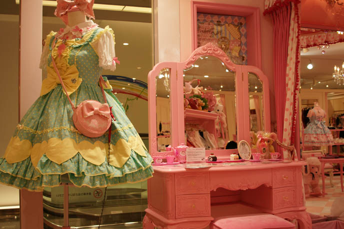 Angelic Pretty sweet lolita dresses, cute pretty JSK, one piece, jumpers, heart prints, pastel color Lolita dresses for young women and girls. Pink store, shelves, little girls bedroom design with toys. ロリータ・ファッション