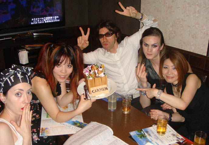 Best Karaoke in Tokyo Japan, Pasela big toast cake dessert, cheap rental rooms for karaoke in Shinjuku, tips and list of songs for singing, Japanese karaoke parlors and party renting, all night crazy big private rooms and recommended music.