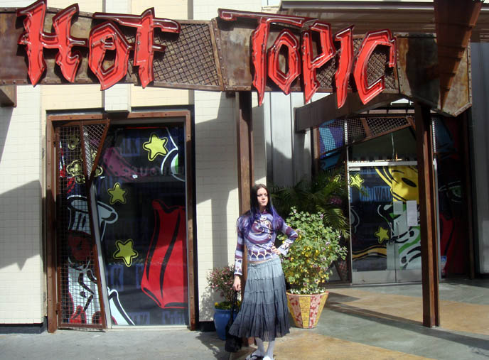 Hot Topic Clothing Store http://www.lacarmina.com/blog/2010/03/visit