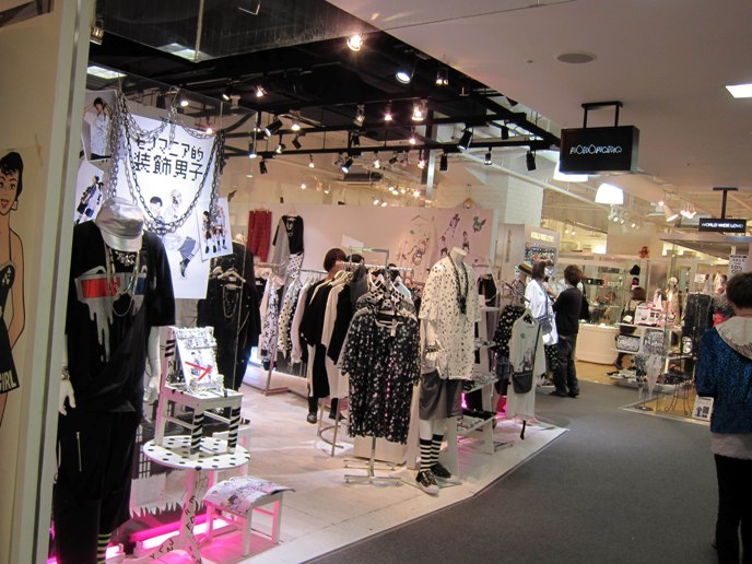 MONOMANIA, WORLD WIDE LOVE, KYOYA TEDDY MONSTER IN LAFORET TOKYO. KAWAII CUTE JAPANESE JEWELRY, WOMEN'S CLOTHES, HAIR ACCESSORIES. JROCK GOTHIC LOLITA CLOTHING FOR SALE, LAFORET HARAJUKU DEPARTMENT STORE. LAFORET HARAJUKU: GOTHIC LOLITA PUNK ALTERNATIVE BOUTIQUES, TOKYO CLOTHING STORES. black peace now, h.naoto sixh, gosurori, gothloli egl, shopping guide tokyo, japanese tokyo alternative punk clothes, women's designer brand clothing, department stores japanese labels