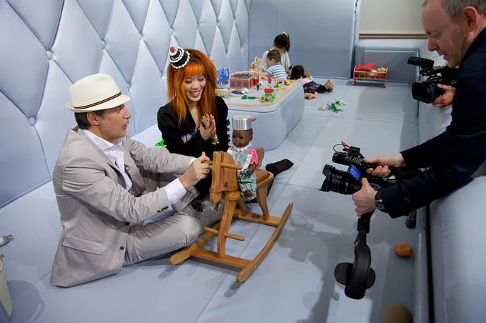 TOQUE DE TOKYO, ANTOINE DE CAUNES JAPON DOCUMENTAIRE: CANAL PLUS. FRENCH TRAVEL TV SHOW, CO-HOSTED BY LA CARMINA. CANAL + DOCUMENTARY WITH Eurotrash host, peter stuart, tv programmes, tour à Tokyo, rapido television, japanese fashion style, pop culture, weird japan, tv show, documentaire, tv host, CUTE, SEXY JAPANESE GIRLS lolita dress. travel show host