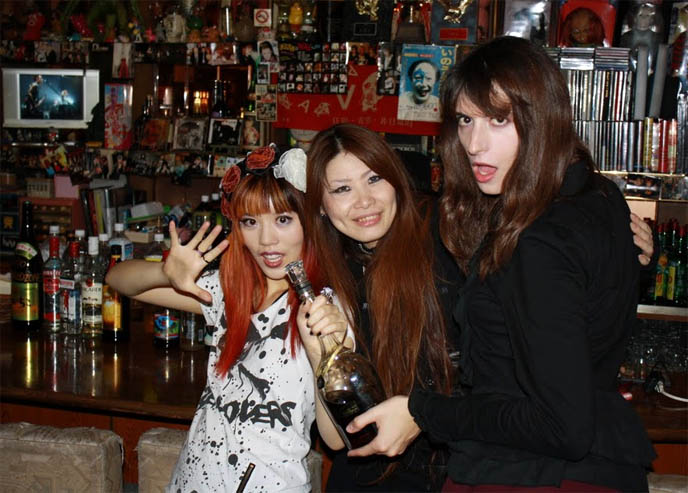 STAR CAFE TOKYO: VISUAL KEI & HEAVY METAL JROCK BARS IN KABUKI-CHO, SHINJUKU. CURE MAGAZINE, POKEMON PILLOWS & TOYS. Gothic rock bands, anti-feminism, j-rock, cds, downloads, mp3s, theme bars in tokyo, gaijin tonic, weird theme restaurants, small alternative bars, golden gai, gellonimo, hair metal japan, funniest weirdest clubs in the world
