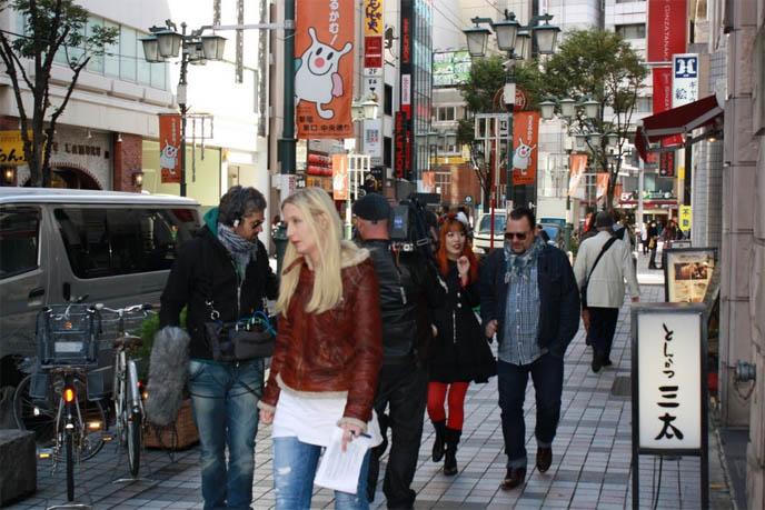 ari behn, husband of Princess Märtha Louise of Norway, ARI OG PER, tv show hosts male, PRINCE OF NORWAY. NEW TRAVEL HOSTING JOB: BELGIUM TV DOCUMENTARY ABOUT SAKURA SEASON! filming a tv show, VRT Belgian network, cherry blossom season tokyo japan 2011, forecast sakura, hanami, Ari og Per NRK, Ari Behn og Per Heimly reiser verden rundt og treffer folk som lever mot normalen. I kveldens program oppsøker de det mannlige geishamiljøet i Tokyo, og prøver selv rollen som verter. Prince of Norway, Programmer, famous Norwegians, travel tv show, european tv hosts, japanese pop culture, weird japan